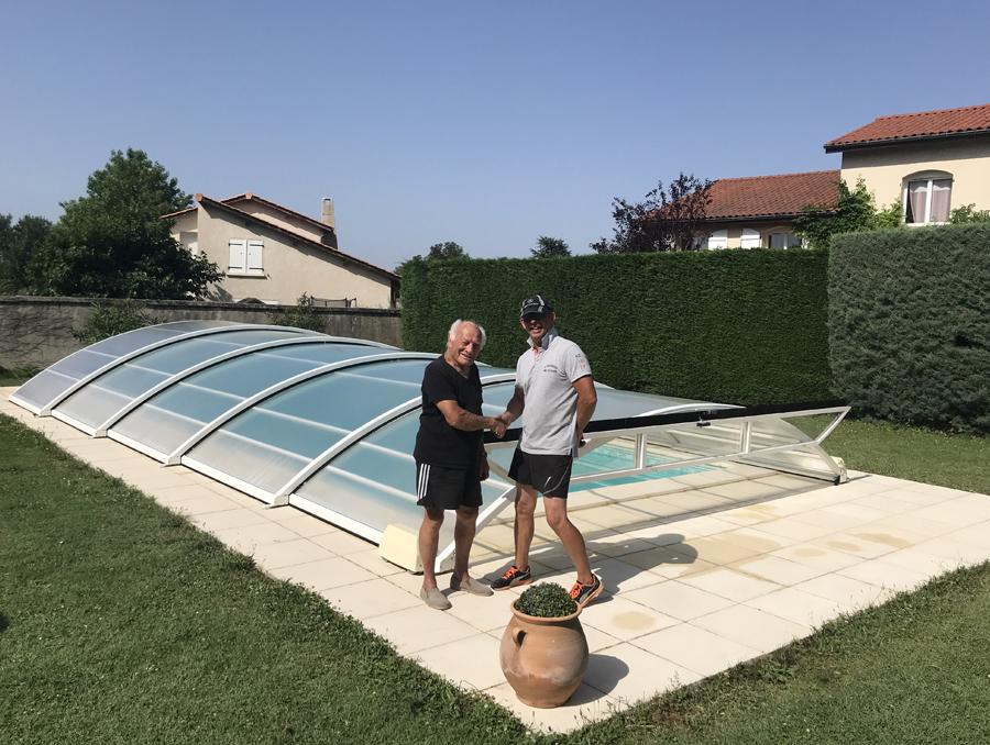 deux personnes se serrant la main devant une piscine