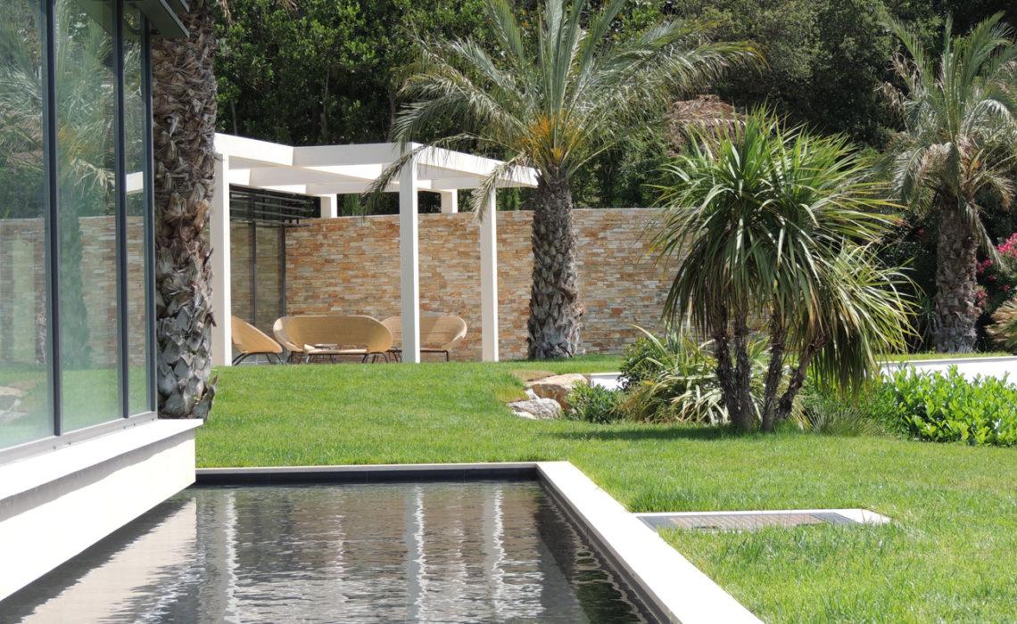 Maison & Jardin magazine Réalisation et intégration d'une piscine par Auffray Paysage