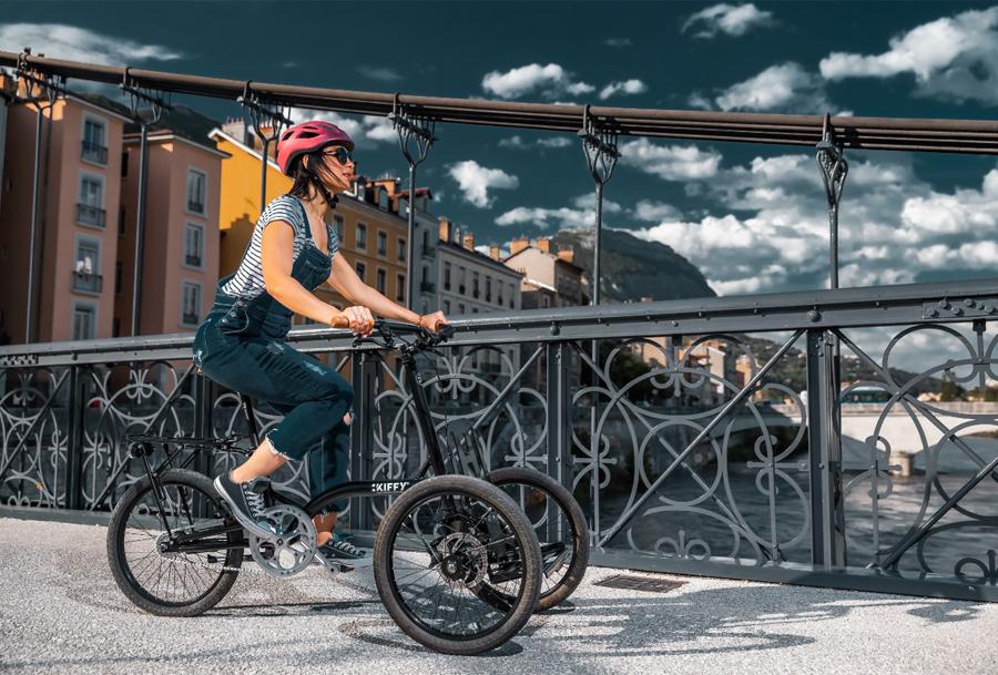 une femme en tricycle électrique en ville