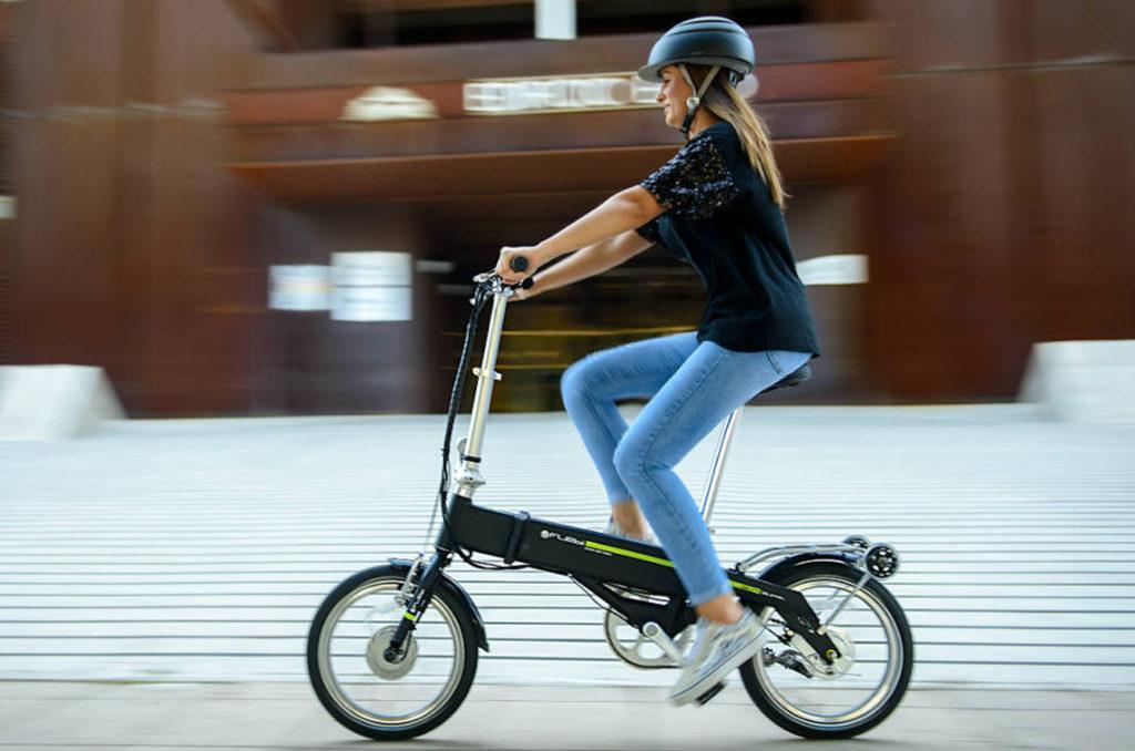 Maison et Jardin Magazine Femme roulant sur un vélo électrique