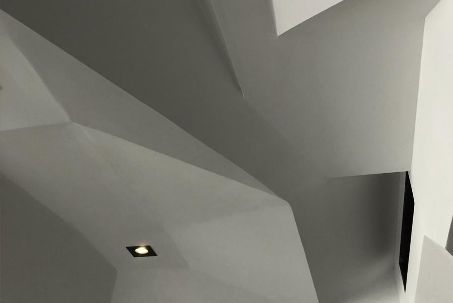 Vu d'un plafond avec arêtes droites et grandes facettes triangulaires