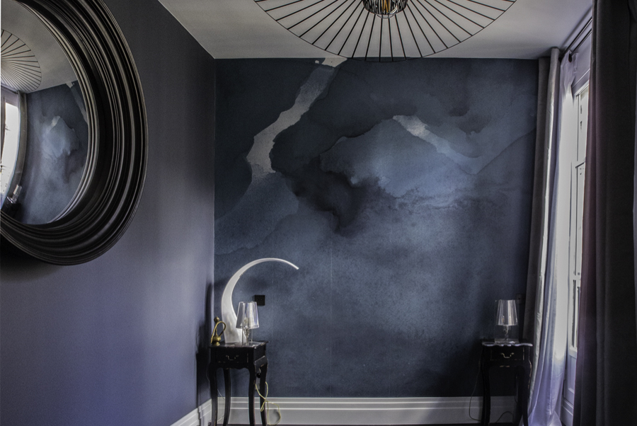 Pièce bleue avec murs effet moirés