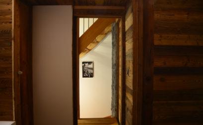 porte entrouverte donnant sur un couloir