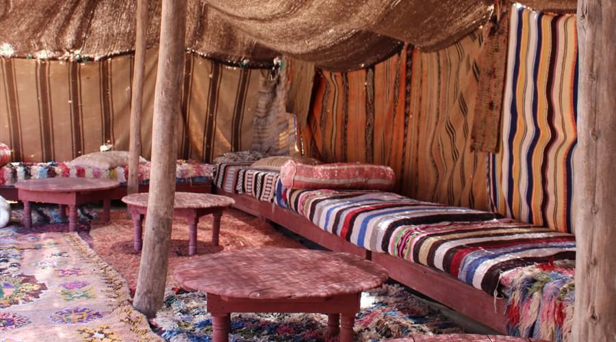 Sous une tente marocaine, en plein désert