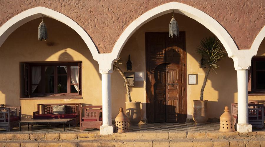 Vue de l'entrée de l'hôtel les trois chameaux au Maroc