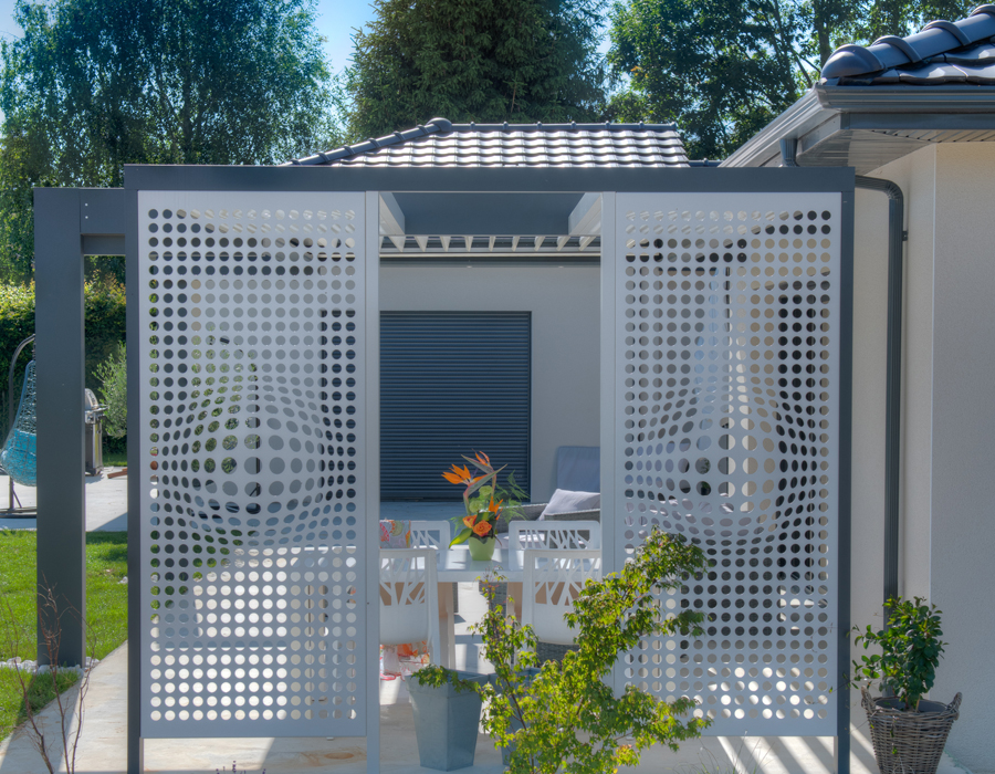 Maison & Jardin magazine à l'ombre des pergolas bioclimatiques Solembra