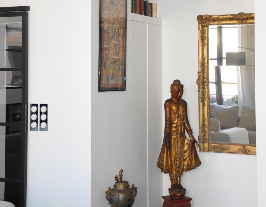 Un statuette indienne dorée dans une déco de salon par L & H déco