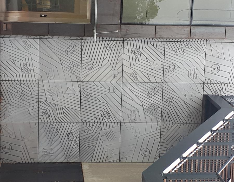 fresque confectionnée en béton sur mesure sur laquelle sont transcrit les dessins de l'artiste Sébastien Mazauric