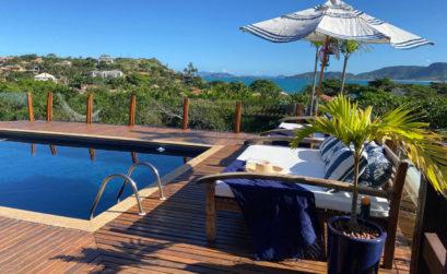La piscine et la terrasse de la Villa Sarava offre une vue éblouissante sur la nature alentours