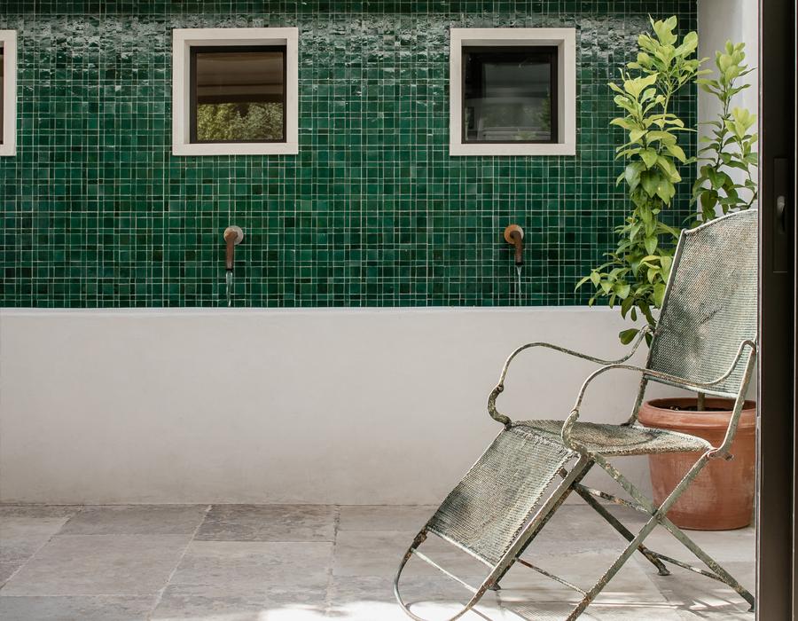 Le mur fontaine de la pièce à vivre de la villa contemporaine Casa Vara