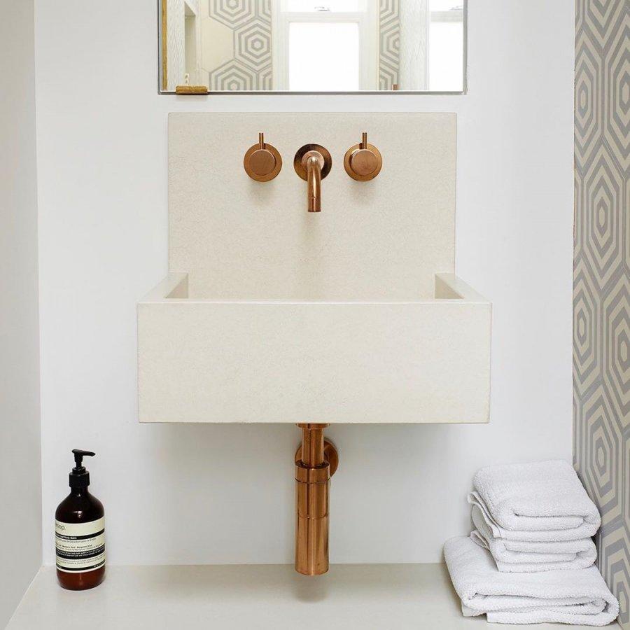 Un lave-main en béton au look rétro et robinetterie en laiton