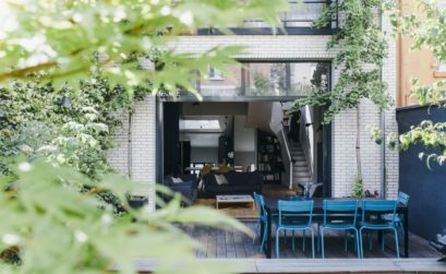 L'extérieur d'une maison de ville rénovée par Camille Hermand Architecture