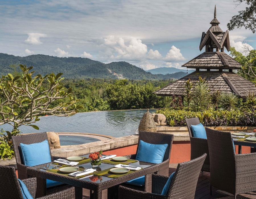 La piscine et la terrasse de l'hôtel Anantara Golden Triangle Elephant Camp & Resort