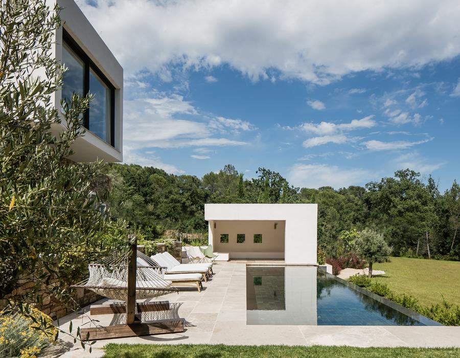 la piscine et le pool house de la villa contemporaine Casa Vara
