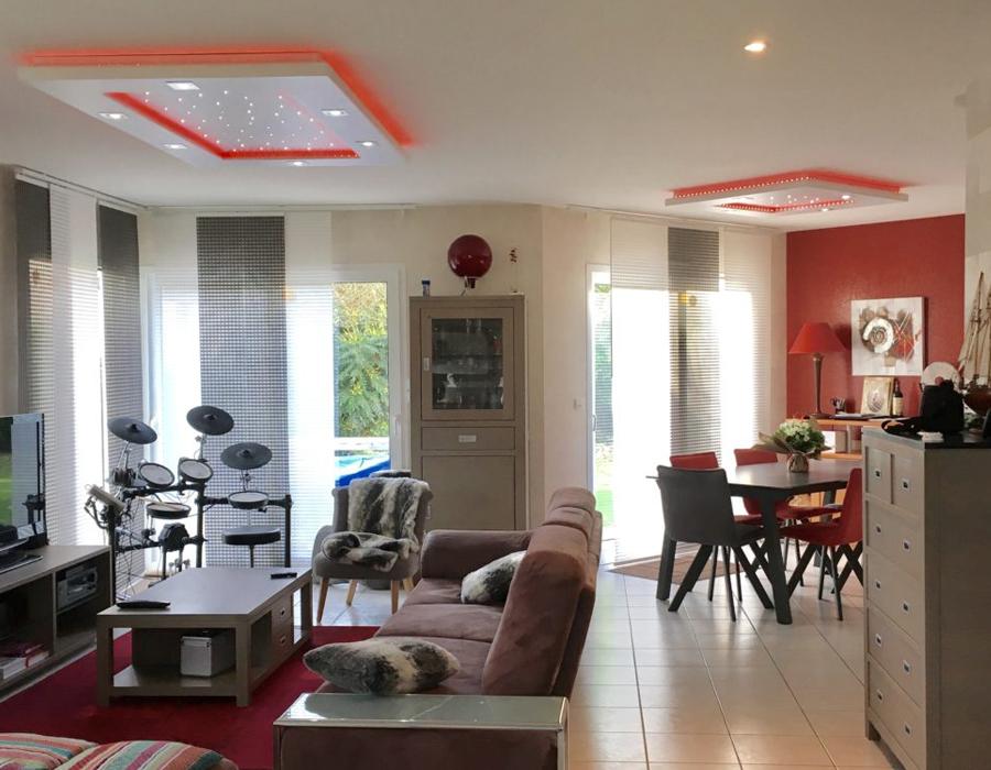 Le plafonnier LED Luminnove en rouge