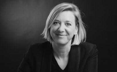 Un portrait en noir et blanc de Stéphanie Godard coach feng shui
