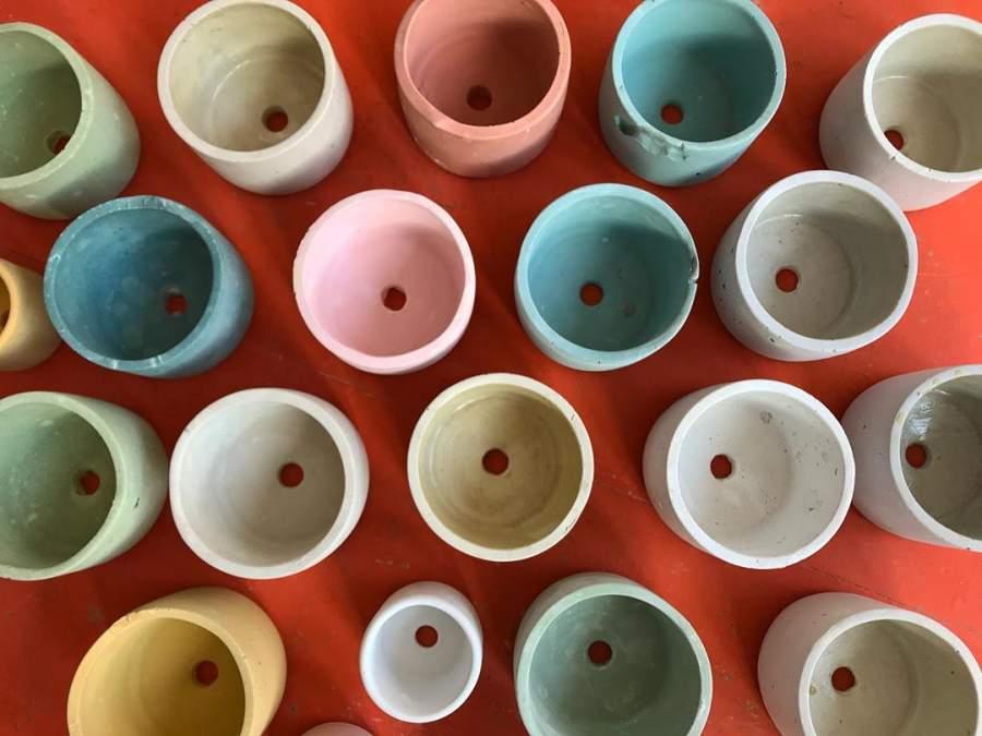 Pots de fleurs en béton colorés