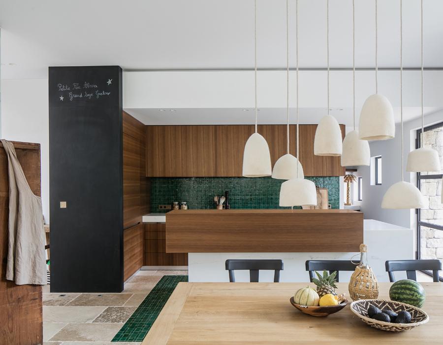 cuisine et salle à manger de la villa contemporaine Casa Vara