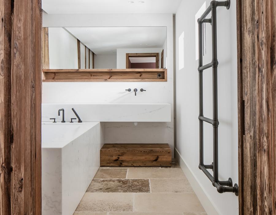 une salle de bain de la villa contemporaine Casa Vara