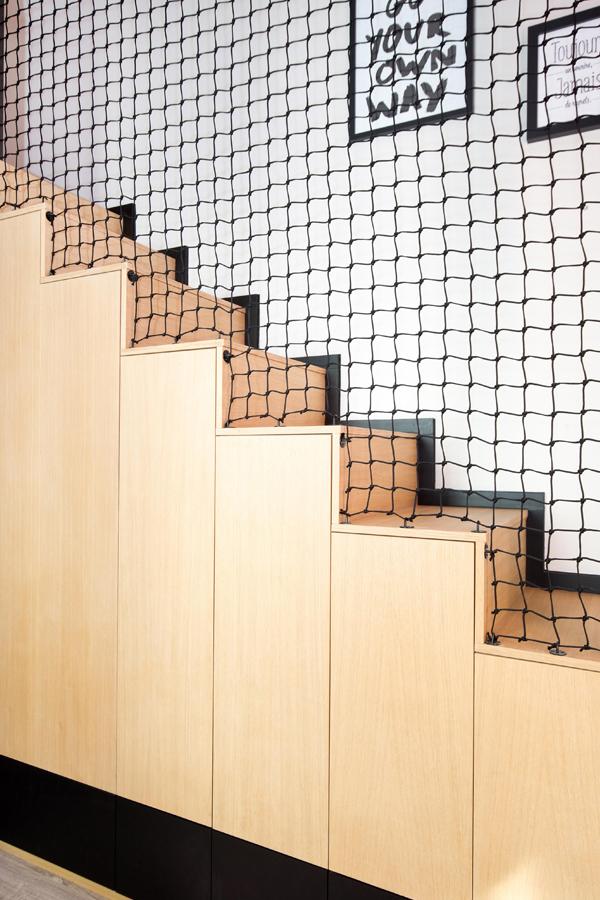 Filet déco dans un escalier par Loftnets