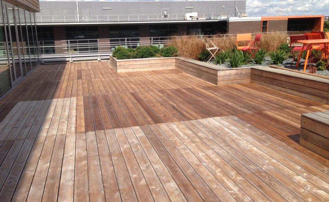 Application du vernis GLISS'GRIPBois sur une terrasse d'immeuble collectif