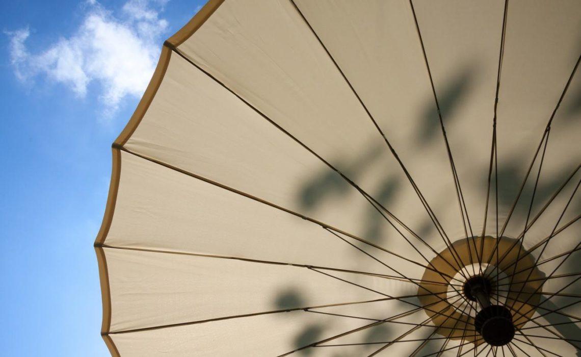 Les bonnes raisons de choisir un parasol déporté