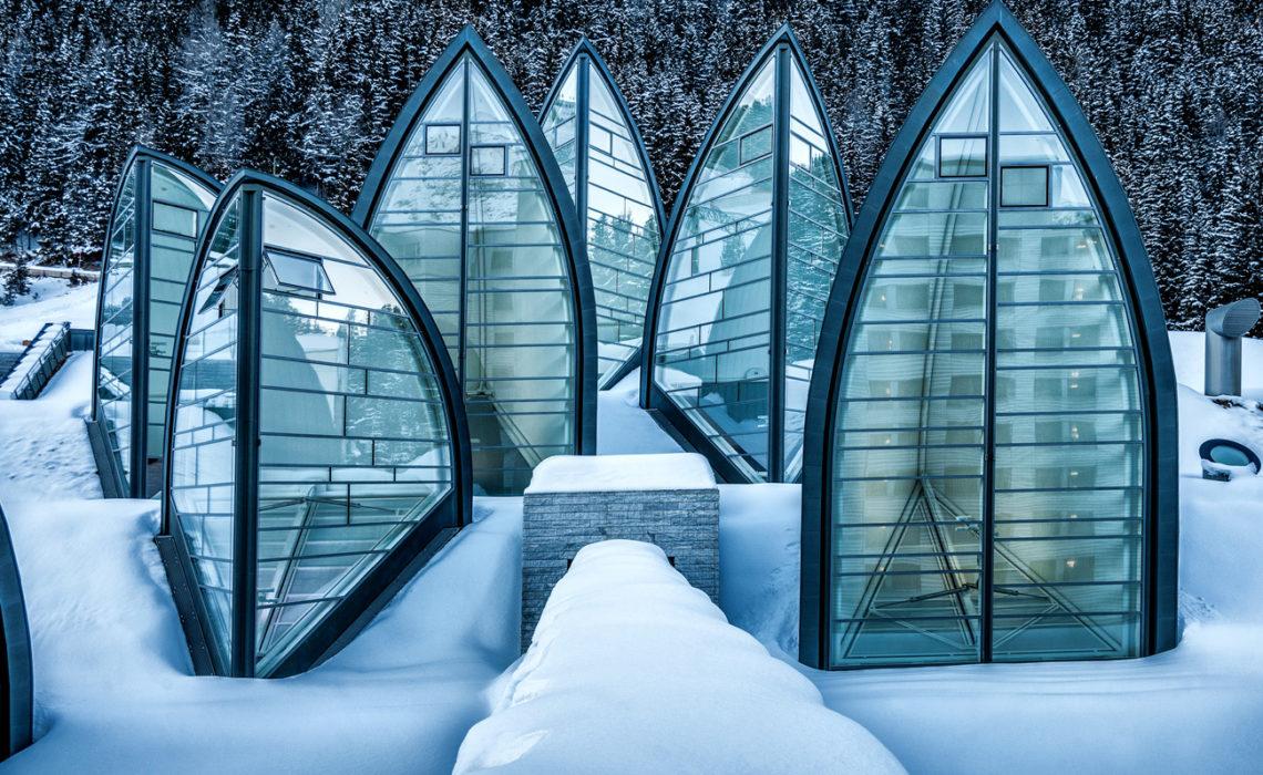 Un hôtel en Suisse perché dans la montagne et décoré par un designer
