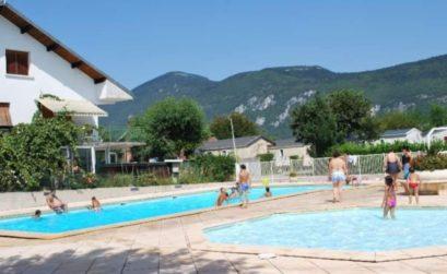 Un camping en Savoie : les pieds dans l'eau