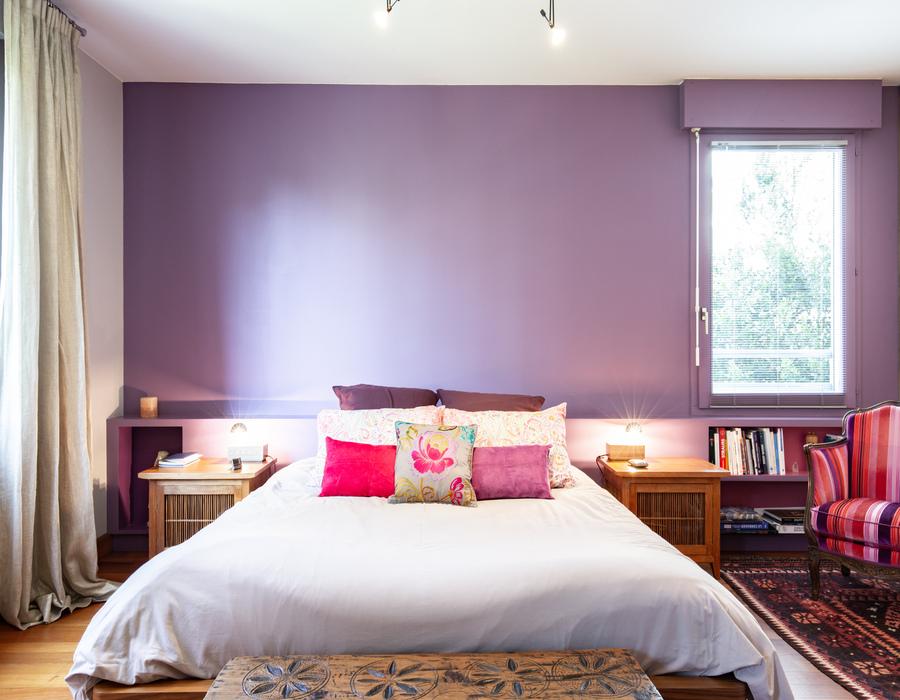 chambre violette avec lit double