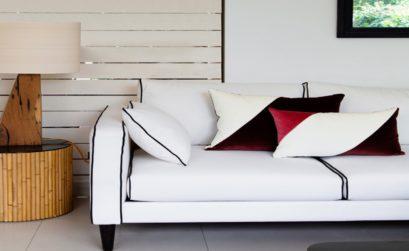 coussins sur un canape blanc