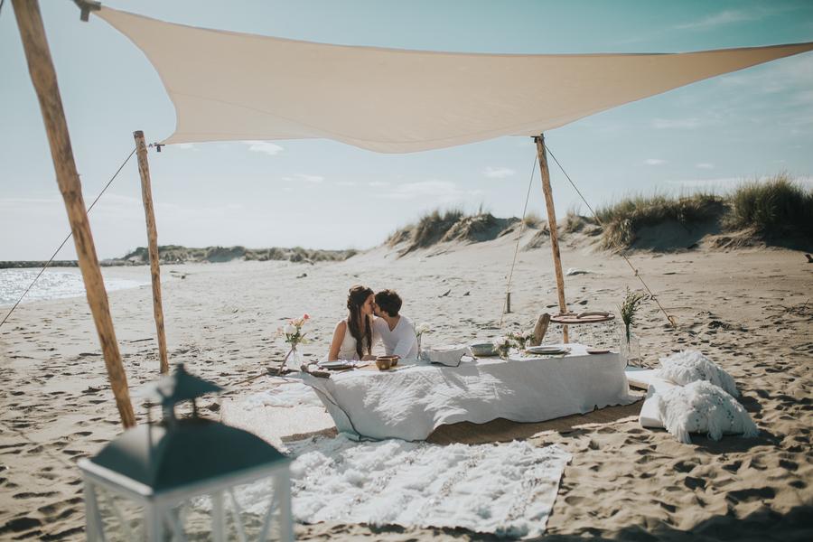 tente sur la plage couple marie