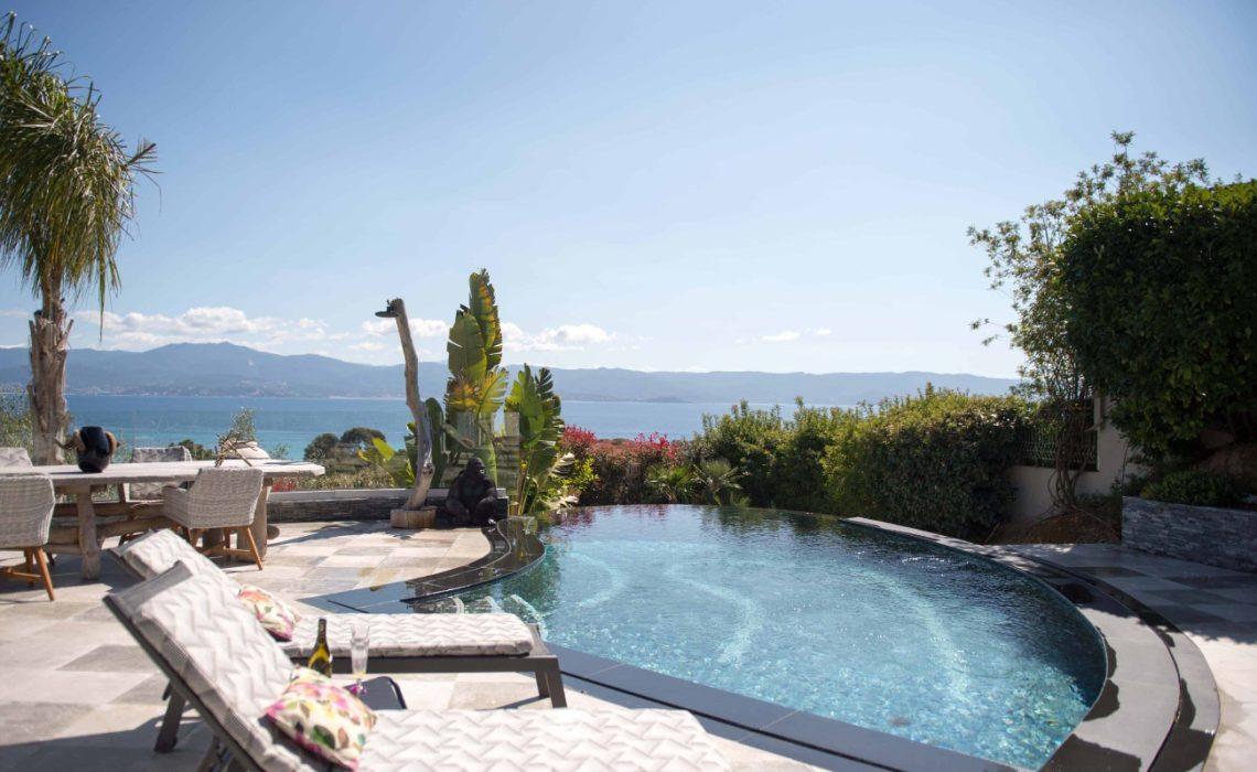 piscine vue sur mer et montagne