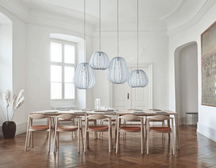 luminaires de la designer Meike Harde avec table