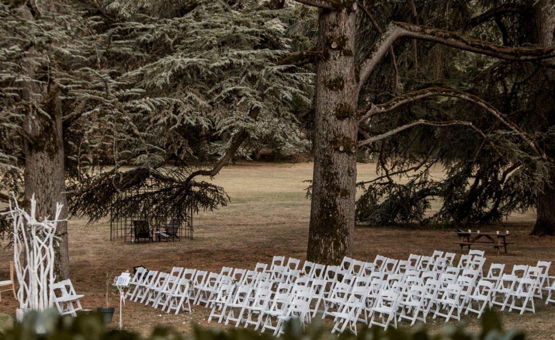 mariage campagne chic cérémonie dans la nature avec des sapins