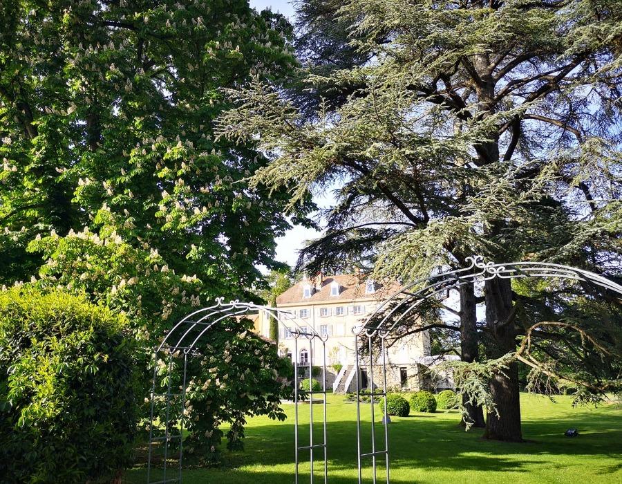 jardin avec grands arbres donnant sur le domaine de chanille