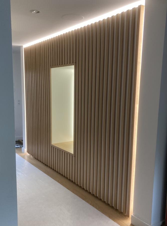 mur fait de bois avec lumière