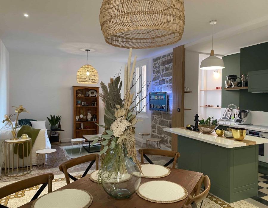 décoration d'une pièce de vie comportant cuisine salle à manger et tout cela ouvert sur le salon