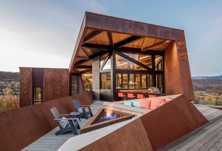 terrasse avec feu naturel dans la résidence d'architecte