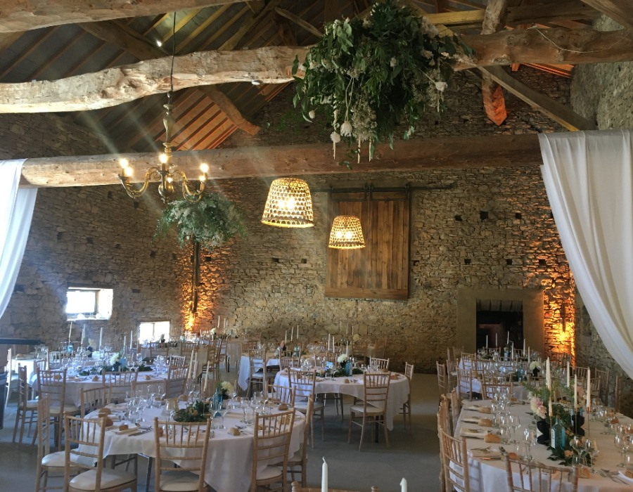 salle de diner mariage campagne chic dans une salle rustique