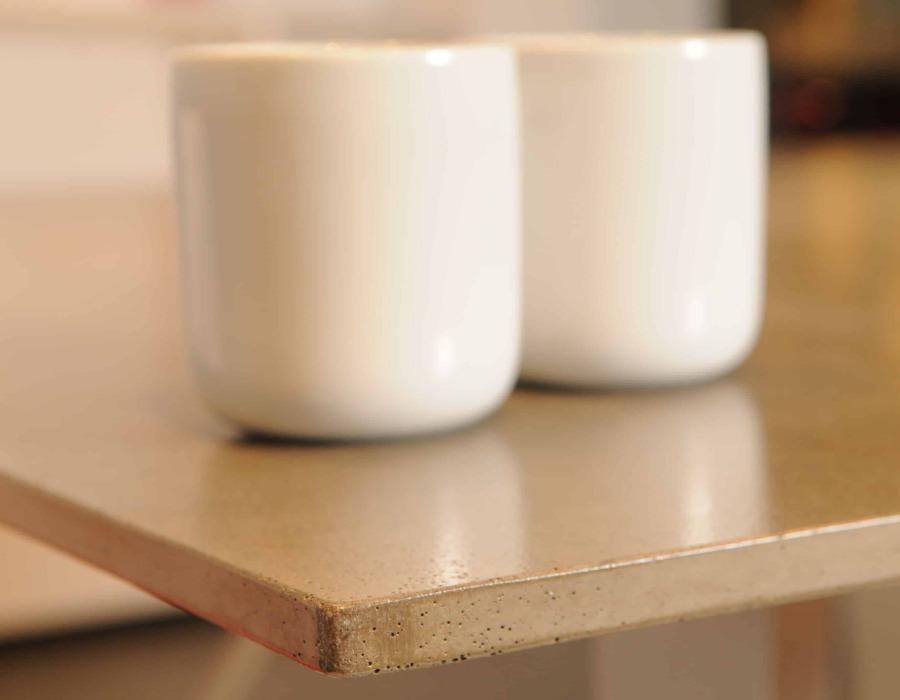 table avec deux verres blanc posés dessus